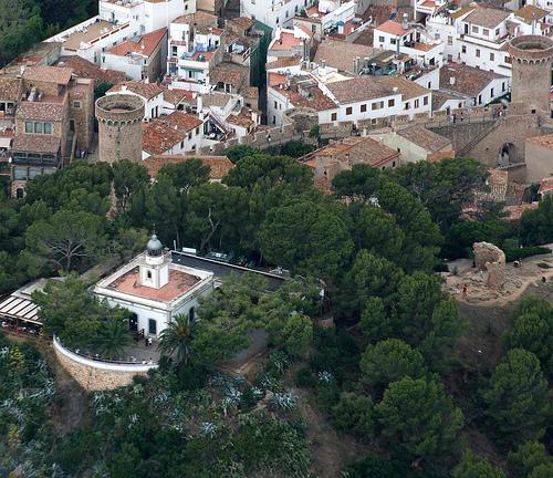 El Faro de Tossa de Mar se encuentra sobre un espectacular acantilado, junto a la Villa Vella