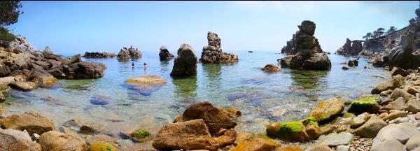 A pesar de no ser una playa al uso, es aconsejable el baño en la Cala dels Frares, Lloret de Mar