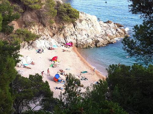 La verdad es que Cala Figuera, en Tossa de Mar, es una cala que no suele estar abarrotada de bañistas, ni siquiera en plena temporada estival