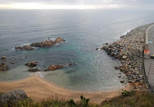 Frente a la cala, a pocos metros, un conjunto de rocas ya permite la exploración submarina: son los Esculls d'en Roca