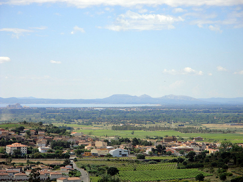 Desde el Castillo de Quermanço se puede contemplar claramente la linea de mar que forma la bahía de Roses, así como las montañas del Montgri