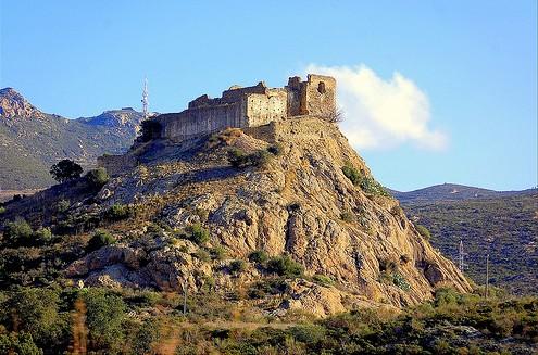 El Castillo de Quermançó se muestra todavía imponente, dominando el Alto Ampurdán, desde hace 1000 años