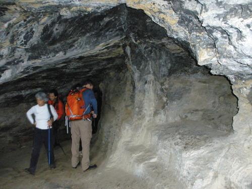 La Cueva de los Eremitas se encuentra en el propio Cabo Norfeu, por lo que si visitamos la torre no podemos perder la oportunidad de entrar en ella