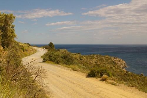 El camino de ronda hacia que recorre la Punta Falconera hacia la Cala Lledó, sobre los acantilados del Cap de Creus, se encuentra en buen estado