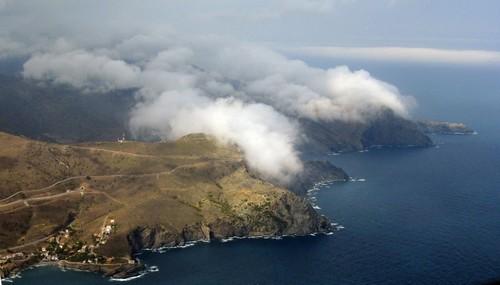 Las condiciones meteorológicas de estas partes de la Costa Brava, sobre todo de humedad, provocan que, a veces, la niebla se instale en el límite entre las rocas y la superficie del mar