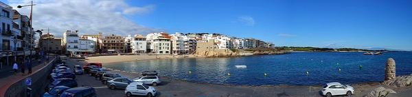 Imagen panorámica de la Playa de las Barcas, tomada desde su lado sur, en l'Escala