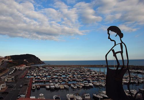 Cala dels Pots se encuentra justo al final del Port Marina, a los pies de la montaña del Cap Gros, en Palamós, Costa Brava