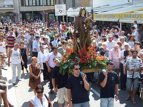 La procesión de la Mare de Déu del Carme pasa cada 16 de julio frente a la Platja de les Barques, en l'Escala
