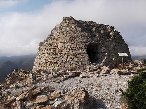Los restos de la antigua Torre de Norfeu se encuentran aproximadamente a medio camino entre el inicio y el final del cabo