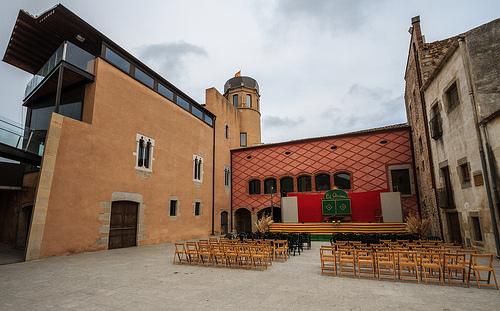 La acústica del Patio de Armas del Castillo de Calonge lo convierte en un espacio ideal para la celebración de espectáculos y conciertos