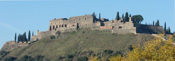 El Castillo de Hostalric se alza sobre una montaña de casi 200 metros, y su silueta es visible desde lejos
