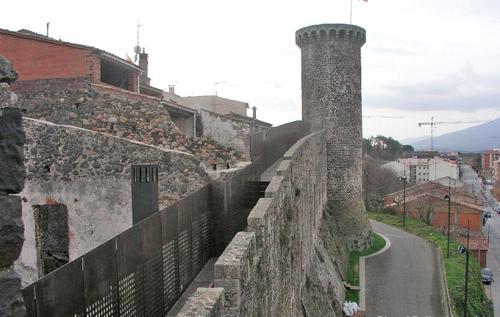 Durante la visita al Castillo de Hostalric, en Girona, es posible recorrer las murallas que lo rodean