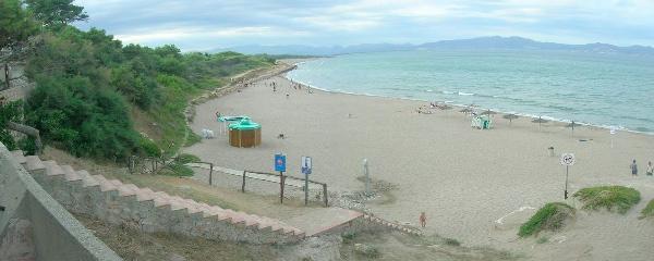 Parte de la playa del Riuet más cercana al núcleo medieval de Sant Martí d'Empúries, con buenos servicios para los bañistas