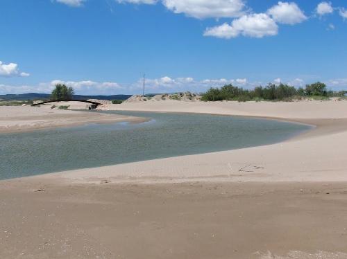 Cuando el Riuet desemboca en la playa, antes de llegar al puente, sus tranquilas aguas trazan una graciosa curva