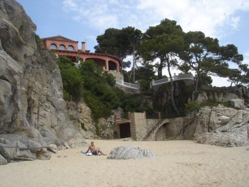 Sobre las rocas que separan las playas de Ses Torretes y Can Cristus, en Calonge, se encuentra la terraza de una gran villa