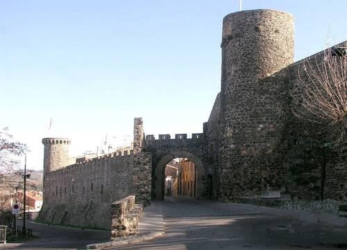 El Portal de Barcelona es la principal puerta de entrada a la villa medieval de Hostalric, en Girona, Costa Brava