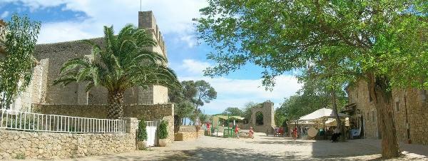 Si pasamos el día en la Playa del Riuet no debemos dejar de visitar el núcleo medieval de Sant Martí d'Empúries, junto a ella