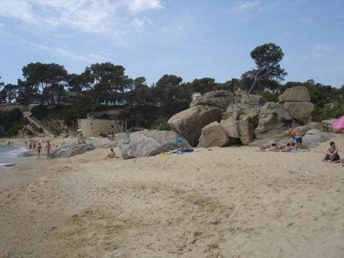 Esas mismas rocas que separan las playas de Ses Torretes y Can Cristus son aprovechadas por los bañistas para encontrar una sombra que les proteja del sol