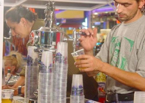 Durante los casi diez días que dura la Fiesta de la Cerveza de Platja d'Aro los establecimientos sirven cervezas y montaditos a un ritmo casi frenético por momentos