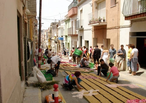 La creación de tapices de flores en Blanes es un magnífico ejemplo de colaboración vecinal en el barrio del Raval, donde se llevan a cabo estas creaciones