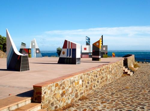 Esculturas de temática marina sobre este mirador que es el Art Parc, sobre la Platja d'en Goixa, en Colera