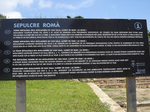 Un rótulo junto al Sepulcro Romano, en Lloret de Mar, nos informa de sus orígenes y evolución
