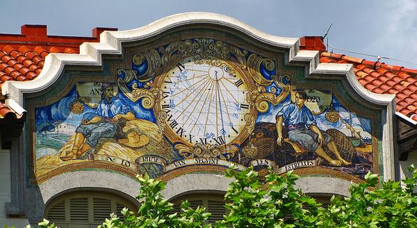 En el Paseo del Mar, donde se encuentra el Casino dels Nois, en Sant Feliu de Guíxols, se encuentran otras joyas arquitectónicas del pueblo, como la Casa Patxot, con una espléndida fachada con mosaico de baldosas