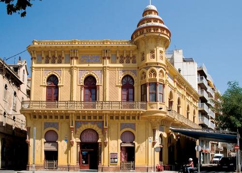 El Casino dels Nois, también llamado al Constància, es uno de los edificios señoriales situados junto al Passeig del Mar, el paseo marítimo de la Playa de Sant Feliu