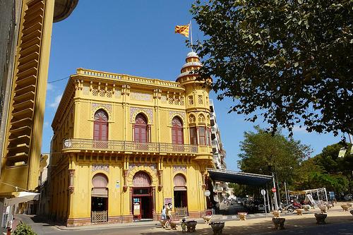 Los arcos de herradura que presenta el Casino dels Nois es un claro ejemplo del estilo neomudéjar con el que fue diseñado en el siglo XIX