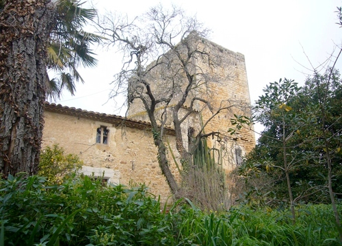 Junto a la torre de defensa d'Esclanyà se encuentra una antigua masía catalana original del s. XVII