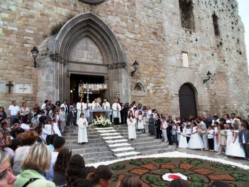 No hay que olvidar que la tradición de elaboración de alfombras de flores durante el Corpus está ligada a la tradición religiosa católica