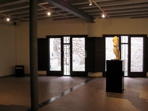 En la planta baja del Museo Municipal de Tossa de Mar, en la Costa Brava, se muestran estátuas, mosaicos y monedas encontrados en la Villa Romana dels Ametllers, también en Tossa