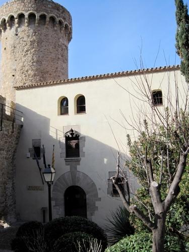 El Museo Municipal de Tossa de Mar se encuentra en plena Villa Vella, el núcleo medieval, junto a las torres de l'Homenatge y el Codolar