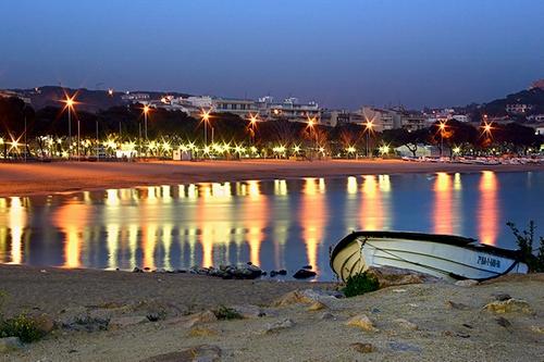Al atardecer el Paseo del Mar de la Playa de Sant Feliu de ilumina: es el momento perfecto para dar un paseo a la fresca por litoral
