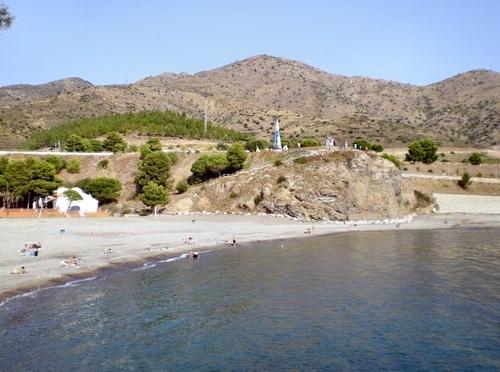 Vertiente norte de la Playa d'en Goixa, en que se observa sobre el acantilado el conjunto escultural de Art Parc