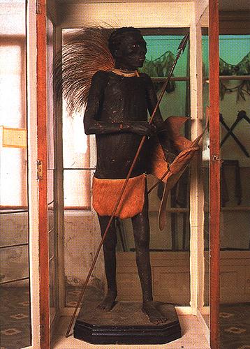 Antigua imagen del Negro de Banyoles, cuando todavía se encontraba expuesto en el Museo Darder, en el año 2000. Hoy día el museo todavía continúa rindiéndole homenaje a su inolvidable figura.