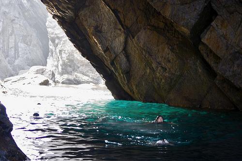 En invierno los visitantes de la Cova de l'Infern no suelen dejar escapar la oportunidad de sumergirse en sus aguas y comprobar ellos mismos la legendaria cercanía a la Puerta del Infierno
