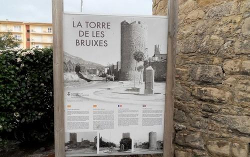 Junto a la Torre de las Brujas encontramos este panel explicativo en diversos idiomas