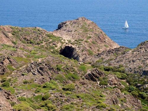 Nos vamos acercando a la Cova de l'Infern desde el faro del Cabo de Creus, en Cadaqués