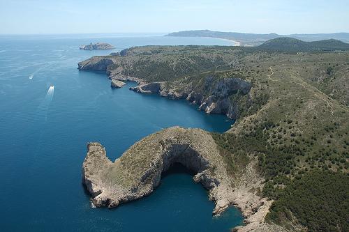 La espectacular cueva marina abierta de la Foradada se encuentra en la costa del Parque Natural del Montgrí, en Torroella, Girona, Costa Brava