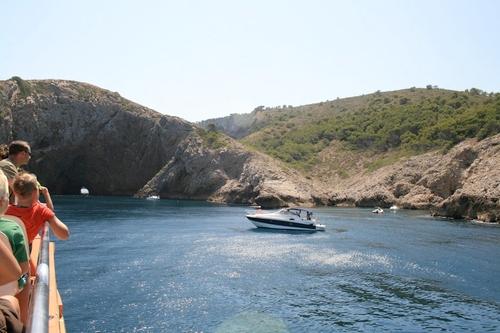 Muchas familias deciden recorrer la costa del Parque Natural del Montgrí con el barco excursión, que se acerca a la Roca Foradada