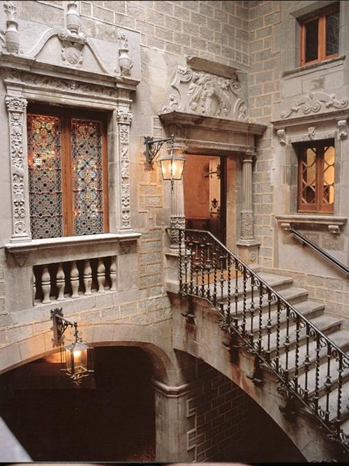 El Palacio Solterra posee esta elegante escalinata de época, con barandas de hierro forjado y columnas esculpidas