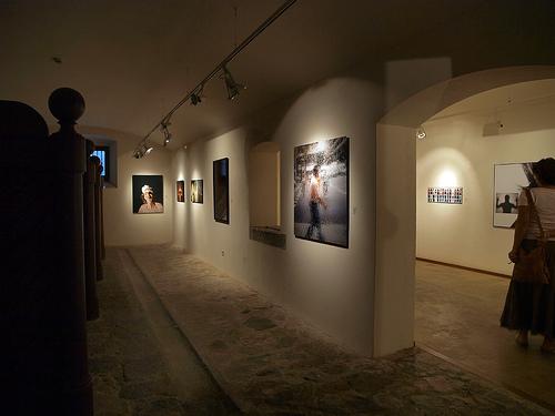 El Palau Solterra, la Fundación Vila Casas que tiene aquí una de sus sedes, ofrece exposiciones de fotografía, fundamentalmente moderna