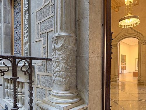 Detalle de una de las columnas de piedra esculpida a la entrada del Palau Solterra, en Torroella de Montgrí