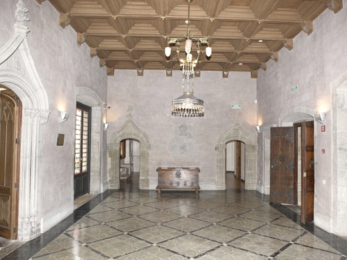 Una visita al interior del Palau Solterra nos permite comprobar la elegante belleza de sus salas de época