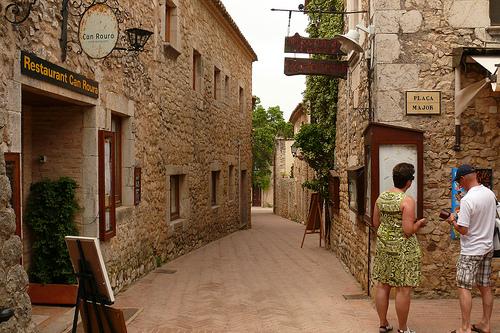 El centro medieval de Sant Martí d'Empúries es muy apreciado por los visitantes, que suelen disfrutar además de la importante oferta gastronómica tradicional que ofrecen sus restaurantes