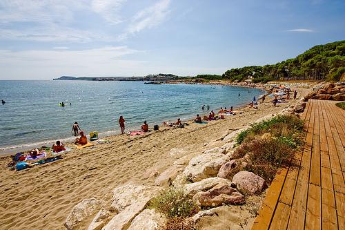 La Playa de Sant Martí se encuentra justo enfrente del núcleo medieval. Playa y paseo histórico arquitectónico es una combinación perfecta aquí.