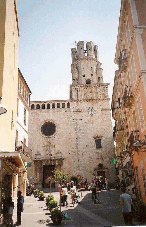 La iglesia de Sant Martí de Palafrugell se encuentra en el centro del pueblo, en su zona más comercial