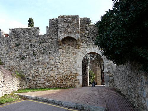 Por evidente motivos defensivos Sant Martí d'Empúries fue una ciudad amurallada. Aún hoy día conserva algunos de aquellos muros, claramente visibles