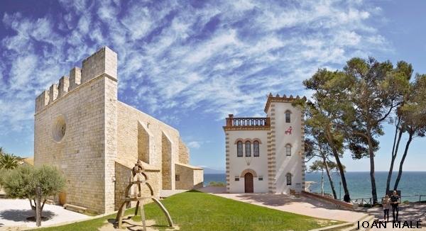 El núcleo medieval de Sant Martí d'Empúries se encuentra frente al mar, en l'Escala, Girona, Costa Brava